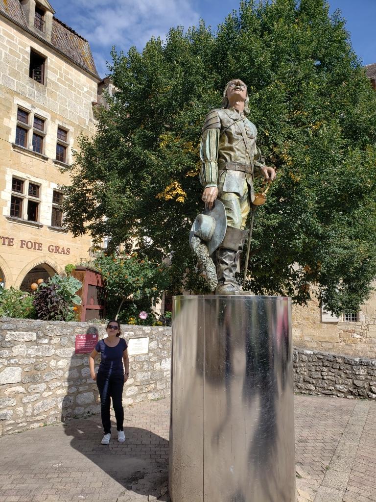 Estátua do Cyrano de Bergerac no centro histórico