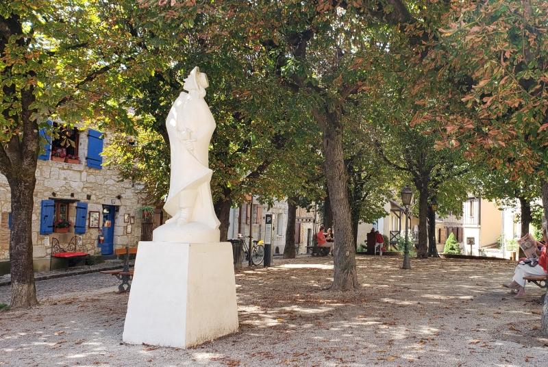 Estátua do Cyrano de Bergerac na Praça Myrp
