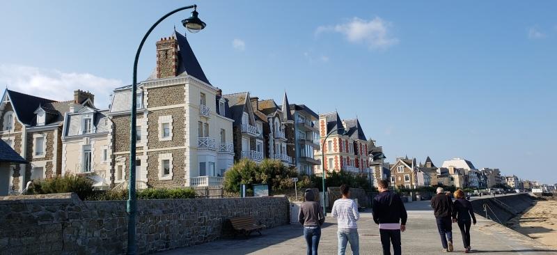 Calçadão na orla de Saint-Malo