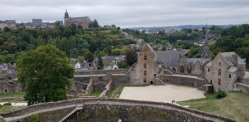 Vista para o pátio interno do Castelo de Fougères